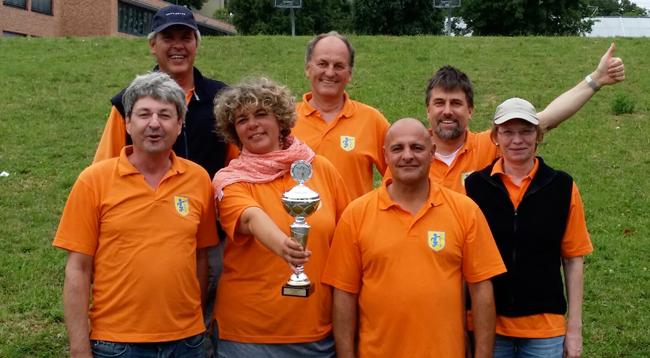 Denkendorf-2 wird Oberliga-Meister und feiert den Wiederaufstieg in die Regionalliga. Von links nach rechts: Johannes Giray, Jochen Kauffmann, Katrin Schwinger, Rainer Bohner, Ralf Zimmermann, Frank Naumann, Veronika Mehrens (es fehlt Joachim Engisch).