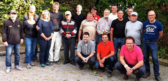 Die Teilnehmer von links nach rechts: Adolf Stroh (bronze, 51 Pkte), Christine Nording (bronze, 55 Pkte), Thomas Nording (44 Pkte), Renate Kleinknecht (bronze, 45 Pkte), Jochen Kauffmann (bronze, 63 Pkte), Helmut Spreter (bronze, 58 Pkte), Phillip Bruchelt (bronze, 61 Pkte). Vorn: Frank Naumann (bronze, 69 Pkte), Perry Bruchelt (silber, 40 Pkte), Steffen Heß (bronze, 51 Pkte). Mitte: Jörg Riedel (bronze, 57 Pkte), Attila Bodo (bronze, 65 Pkte), Oliver West (bronze, 65 Pkte), Manfred Mezger (bronze, 48 Pkte), Christian Lang (Schiedsrichter). Hinten: Daniel Clauß (bronze, 58 Pkte), Holger Denzinger (Schiedsrichter), Hans-Peter Fuchs (bronze, 68 Pkte).